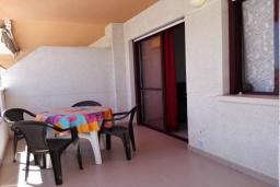 Терраса. Испания, Кальпе : Комфортабельная 1 комнатная квартира с большой террасой  и с видом на море и пляж , расположенная в Кальпе, на берегу пляжа.