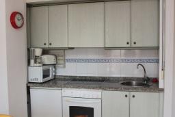 Кухня. Испания, Кальпе : Комфортабельная 1 комнатная квартира с большой террасой  и с видом на море и пляж , расположенная в Кальпе, на берегу пляжа.