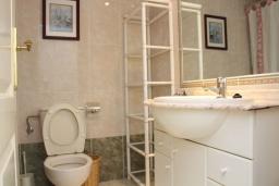 Ванная комната. Испания, Кальпе : Комфортабельная 1 комнатная квартира с большой террасой  и с видом на море и пляж , расположенная в Кальпе, на берегу пляжа.