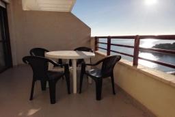 Терраса. Испания, Кальпе : Очень хорошая квартира с 1 спальней, 1 ванной комнатой и террасой с видом на море, расположена на пляже Леванте, в Кальпе,