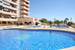 Бассейн. Испания, Кальпе : Очень хорошая квартира с 1 спальней, 1 ванной комнатой и террасой с видом на море, расположена на пляже Леванте, в Кальпе,