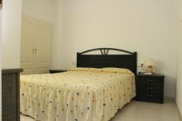 Спальня. Испания, Кальпе : Очень хорошая квартира с 1 спальней, 1 ванной комнатой и террасой с видом на море, расположена на пляже Леванте, в Кальпе,