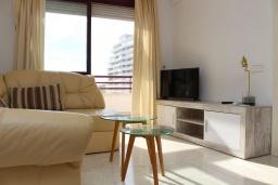 Гостиная / Столовая. Испания, Кальпе : Очень хорошая квартира с 1 спальней, 1 ванной комнатой и террасой с видом на море, расположена на пляже Леванте, в Кальпе,