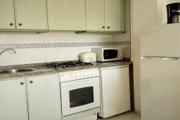 Кухня. Испания, Кальпе : Очень хорошая квартира с 1 спальней, 1 ванной комнатой и террасой с видом на море, расположена на пляже Леванте, в Кальпе,
