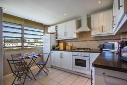 Кухня. Испания, Кальпе : Апартаменты с видом на море и бассейy, всего в 100 метрах от моря и пляжа Калалга, с 2 спальнями и 1 ванной комнатой.