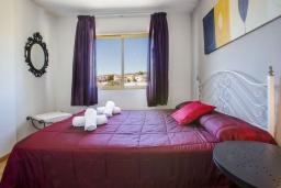 Спальня. Испания, Кальпе : Апартаменты с видом на море и бассейy, всего в 100 метрах от моря и пляжа Калалга, с 2 спальнями и 1 ванной комнатой.