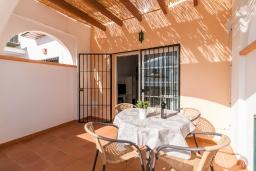 Обеденная зона. Испания, Нерха : Великолепный таунхаус с террасой, бассейном, Wi-Fi и парковкой в Нерхе, недалеко от пляжа Бурриана, 2 спальни, 1 ванная комната, туалет.