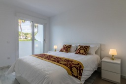 Спальня. Испания, Новая Андалусия : Прекрасный пентхаус в жилом комплексе, расположенном в самом сердце Новой Андалусии, в Марбелье, в 1,5 км от пляжа Рио-Верде и в 1,8 км от пляжа Сан-Педро, 2 спальни, 1 ванная комната, туалет, бесплатный Wi-Fi.
