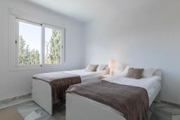 Спальня 2. Испания, Новая Андалусия : Прекрасный пентхаус в жилом комплексе, расположенном в самом сердце Новой Андалусии, в Марбелье, в 1,5 км от пляжа Рио-Верде и в 1,8 км от пляжа Сан-Педро, 2 спальни, 1 ванная комната, туалет, бесплатный Wi-Fi.