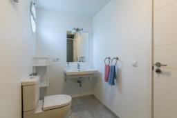 Ванная комната. Испания, Новая Андалусия : Прекрасный пентхаус в жилом комплексе, расположенном в самом сердце Новой Андалусии, в Марбелье, в 1,5 км от пляжа Рио-Верде и в 1,8 км от пляжа Сан-Педро, 2 спальни, 1 ванная комната, туалет, бесплатный Wi-Fi.